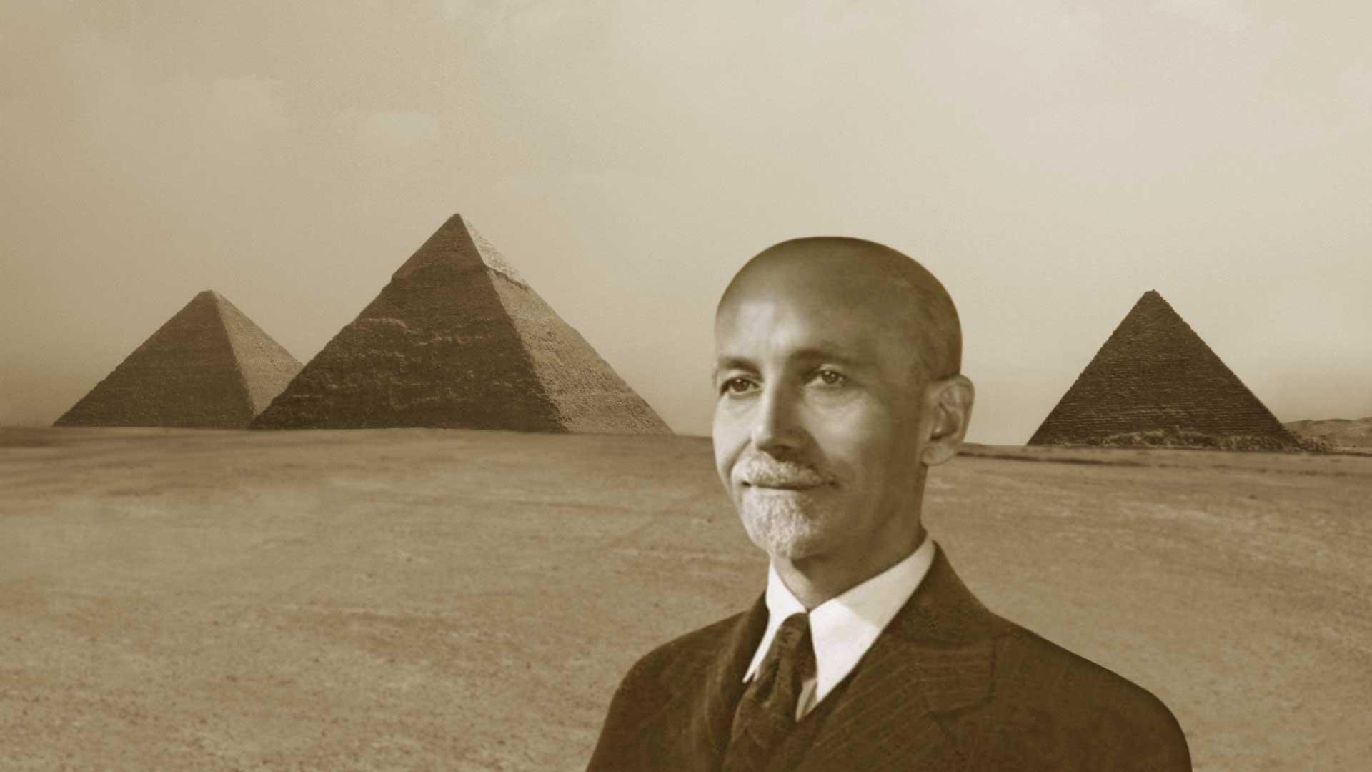 Paul Brunton bei den Gizeh Pyramiden.