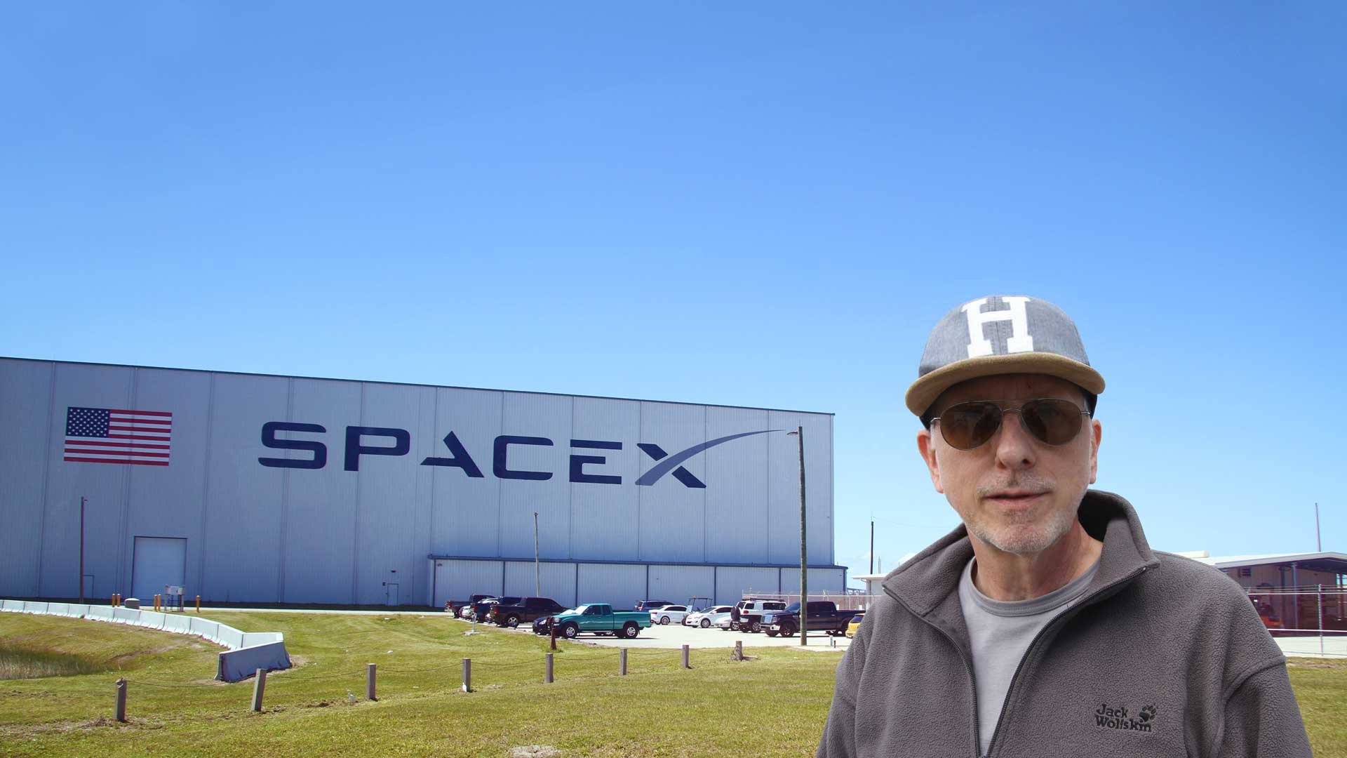 Gregor Spörri in front of the spacex rocket assembly hall.