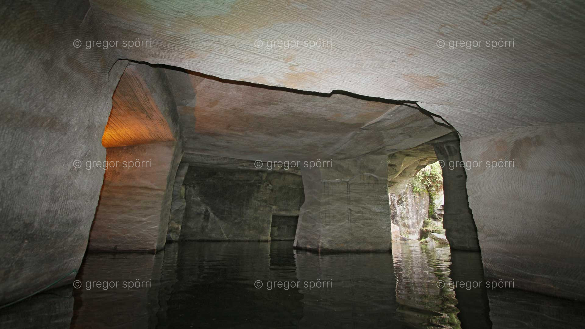 The China Grotto No 24 in Huang Shan (Blumenberg) is deep under water. Exploration is only possible in the front area.