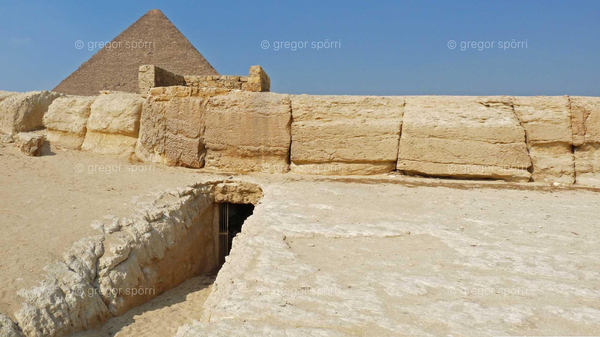 Eingang auf der Südseite unter dem Aufgang zur Chepren-Pyramide.