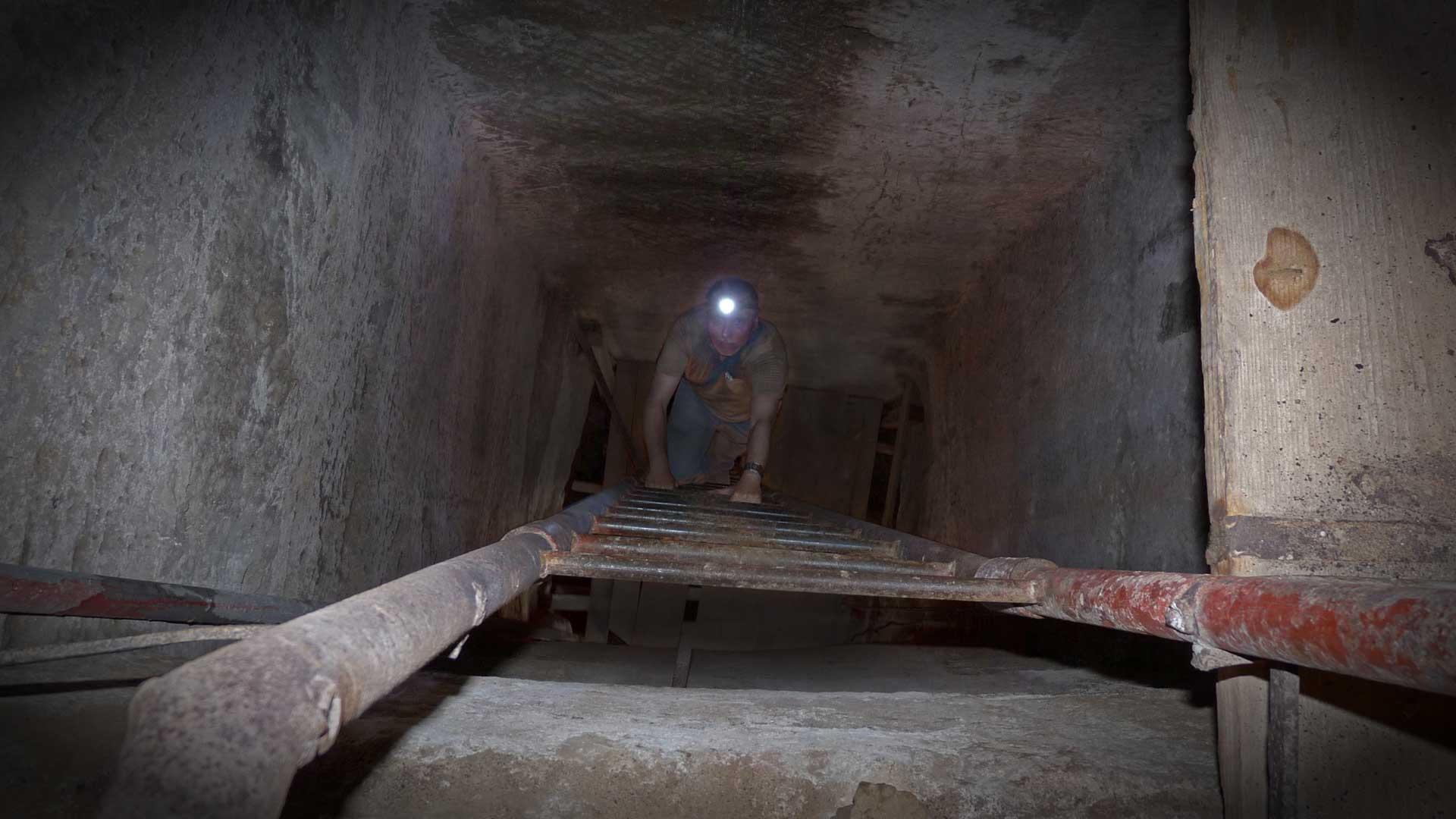 Abstieg von Gregor Spörri auf Ebene / Kammer drei in 30 Metern Tiefe.