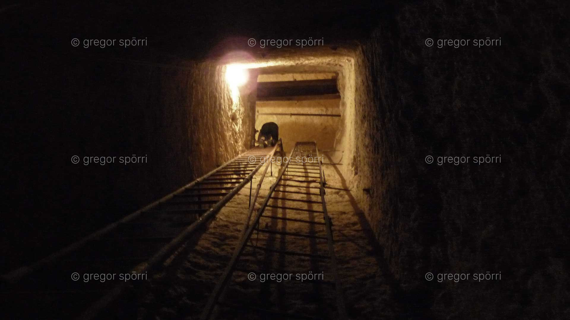 Osiris-Grab (Schacht) in Gizeh: Abstieg von Gregor Spörri auf Ebene / Kammer zwei in 18 Metern Tiefe.
