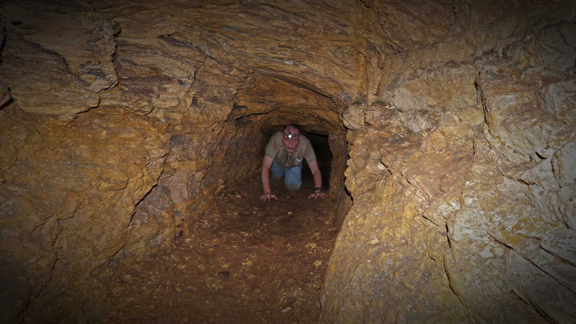 Osiris-Grab (Schacht) in Gizeh: Gregor Spörri erkundet den mysteriösen Gang auf der Ostseite von Ebene / Kammer drei.