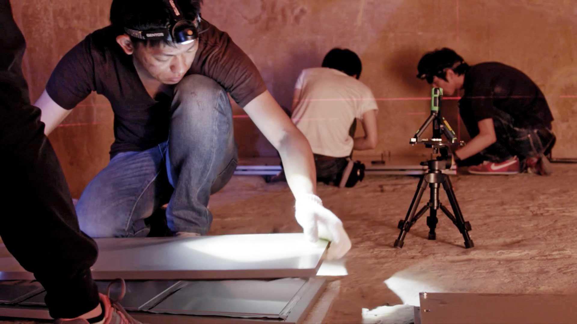 Scan-Pyramids: Forscher beim Aufbau der Detektorplatten in der Königin-Kammer der Großen Cheops-Pyramide.