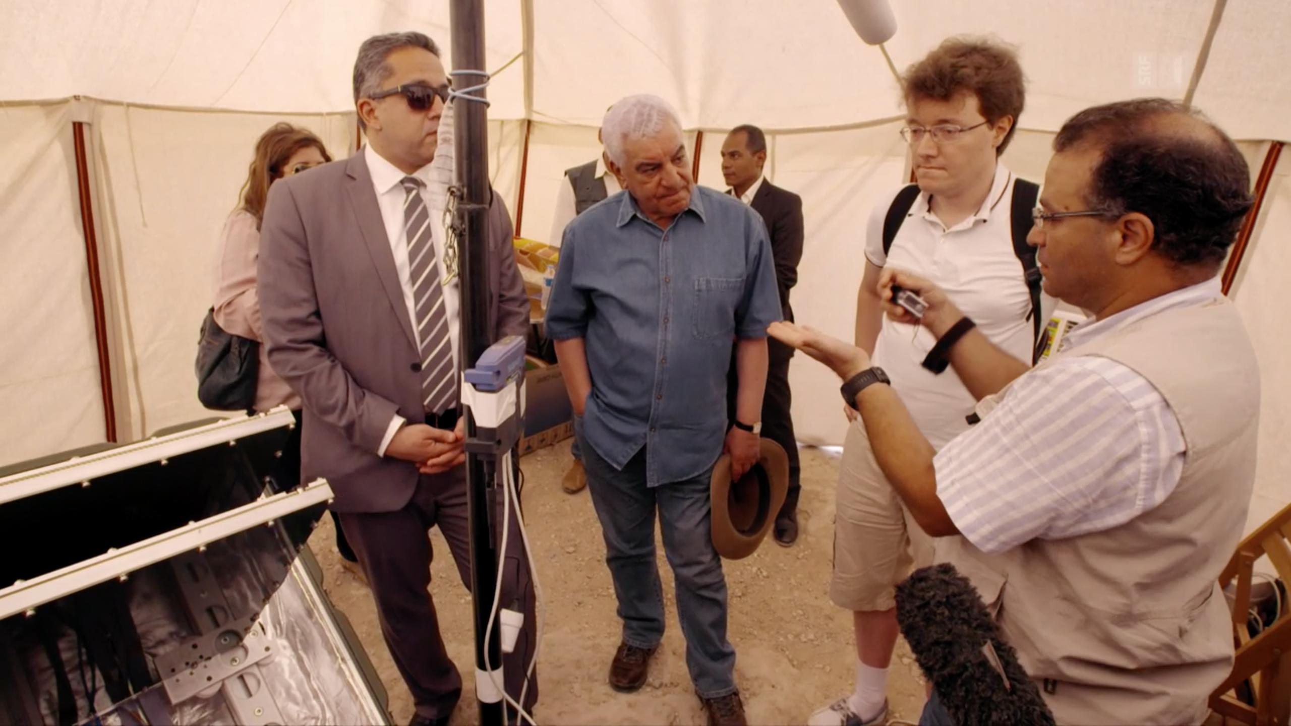 Chef-Ägyptologe Zahi Hawass im Gespräch mit Forschern von Scan-Pyramids.