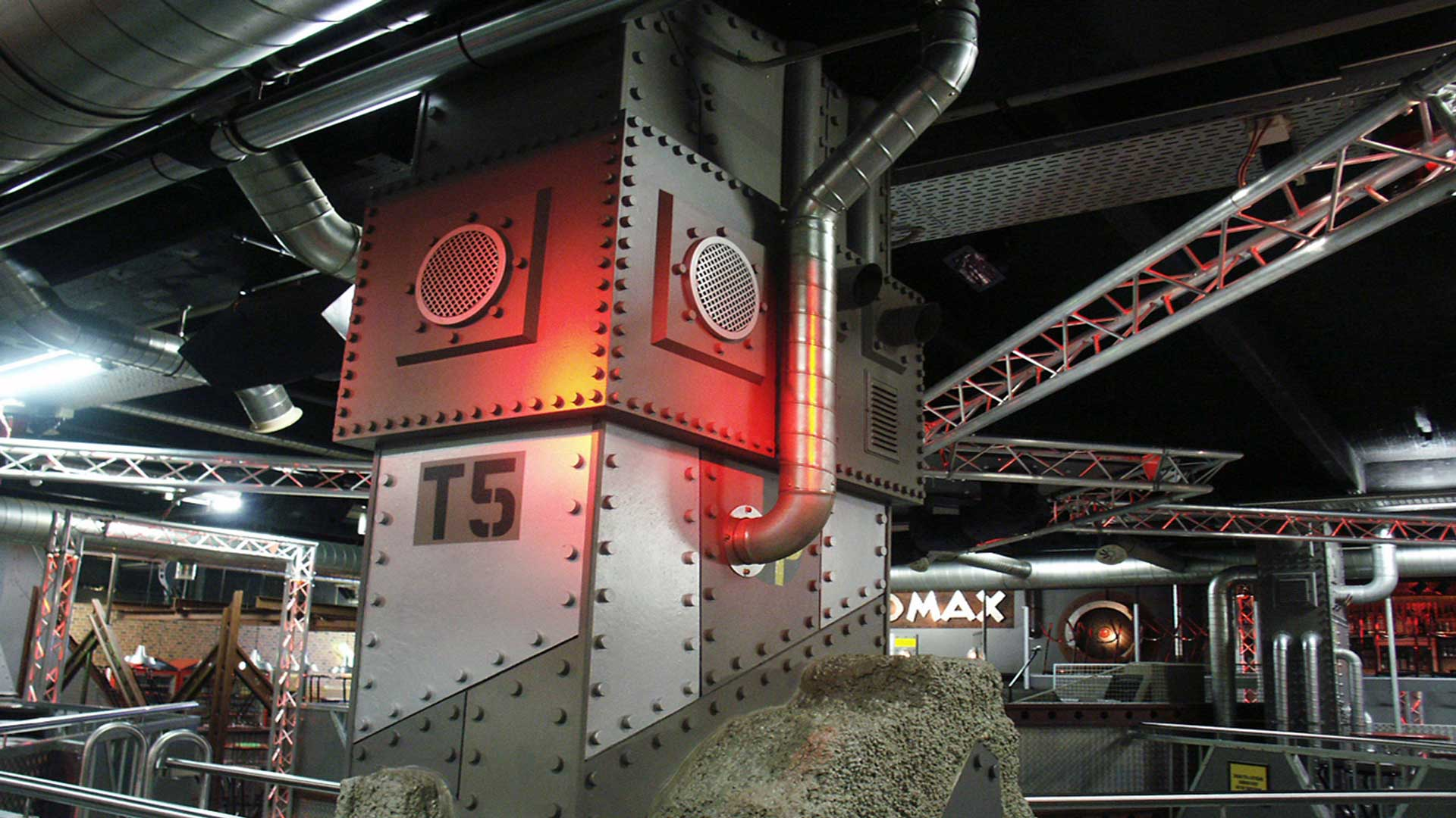 Mad Max, Basel, Floor 1, Säulen-Dekor 1.