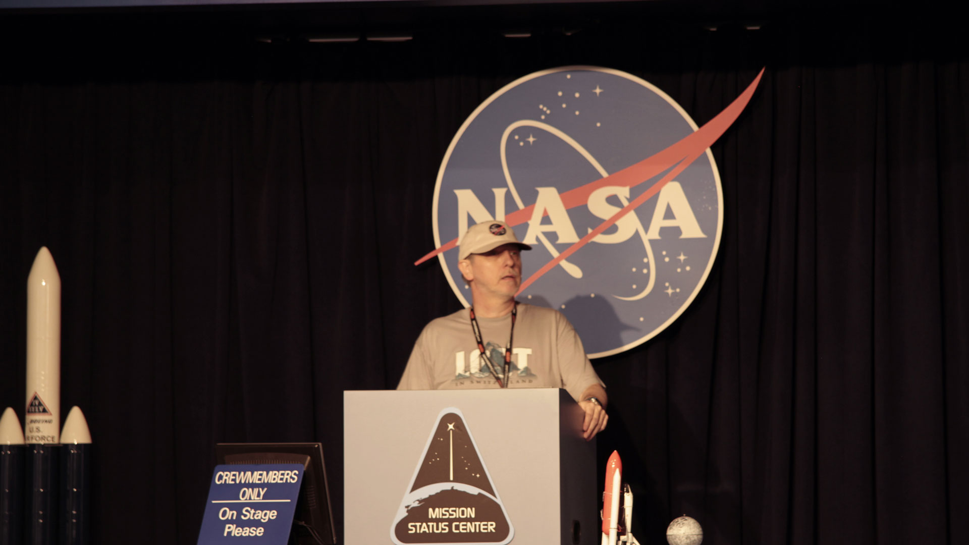 Gregor Spörri explains a scene from his novel: LOST GOD at the Kennedy Space Center.