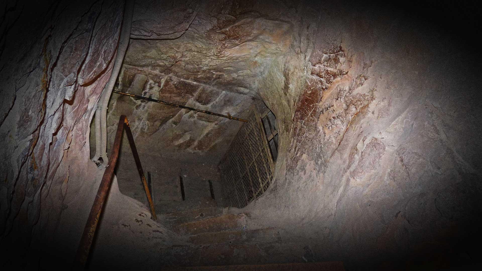 Große Pyramide Zugang zum Eingang zum absteigenden Gang hinunter zur Felsen-Kammer.
