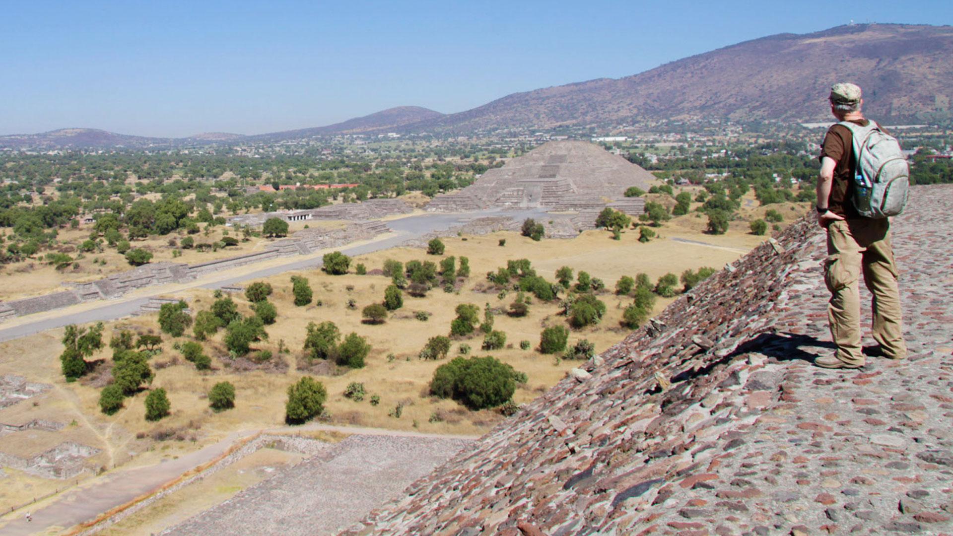 Gregor Spörri erkundet die Pyramiden von Teotihuacán.