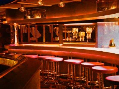 Z-Productions konstruiert beleuchte Bar für die Falken-Disco.