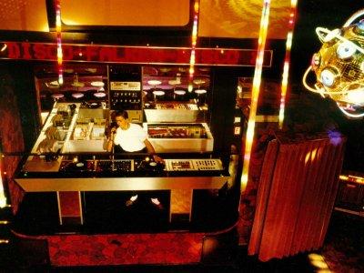 Z-Productions konstruiert DJ & LJ Pult / Workstation für die Falken-Disco.