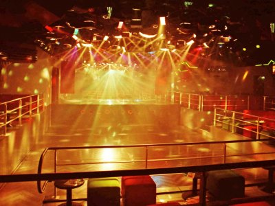 Z-Productions installiert und programmiert die Sound & Lightshow im Only One Megaclub (1989).