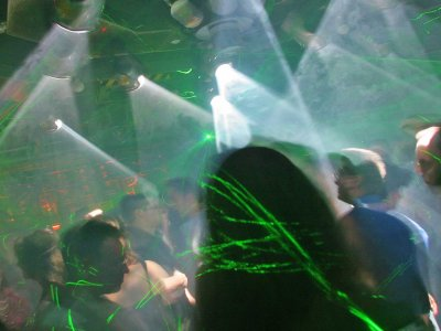 Z-Productions erweitert die Light & Lasershow im Disco-Club Mad Max.